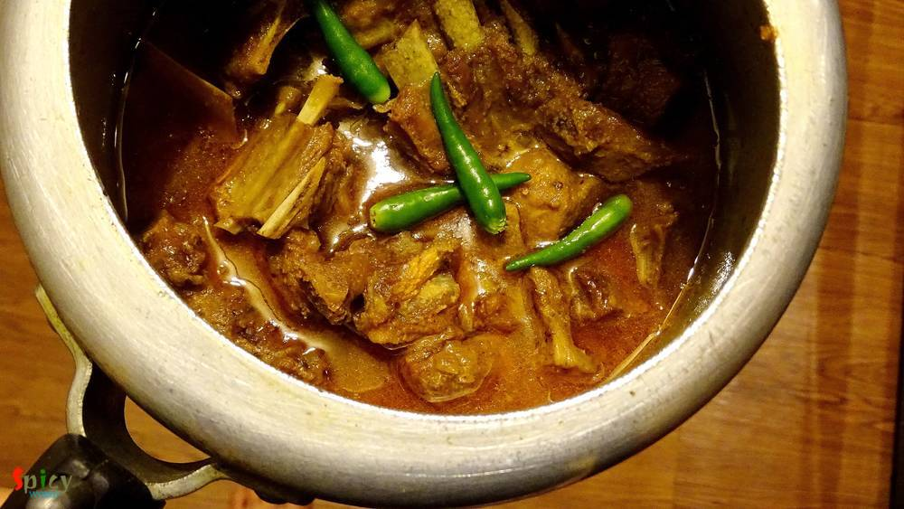 Cooking Step: Adabata aar kacha-lonkar Mutton / Mutton curry with ginger and green chilies