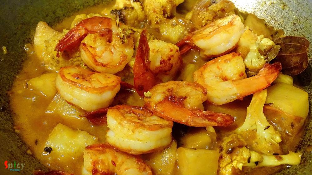 Cooking Step: Prawn Curry with Potato and Cauliflower / Aloo Fulkopi diye Chingri macher curry