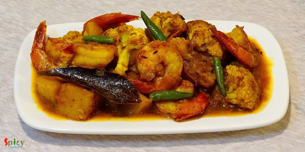 Prawn Curry with Potato and Cauliflower / Aloo Fulkopi diye Chingri macher curry